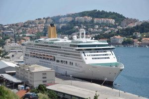 Работа на круизном лайнере и чего от нее ждать соискателю? http://sbabkin.com/rabota-na-kruiznom-lajnere-i-chego-ot-nee-zhdat-soiskatelyu/  Работу на круизных судах в какой-то степени можно сравнить с работой в курортной гостинице. Почему так? Например, это обусловлено территорией современных океанских судов, которые, как выясняется, очень даже сопоставимы с гостиничными комплексами, которые по большей части расположены у берегов морей. Только представьте, на подобных судах обустроены…
