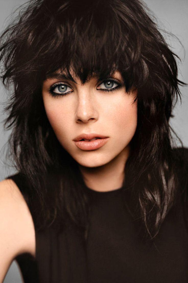Edie Campbell porte la frange et le dégradé grunge à merveille sur un cheveux brun profond!