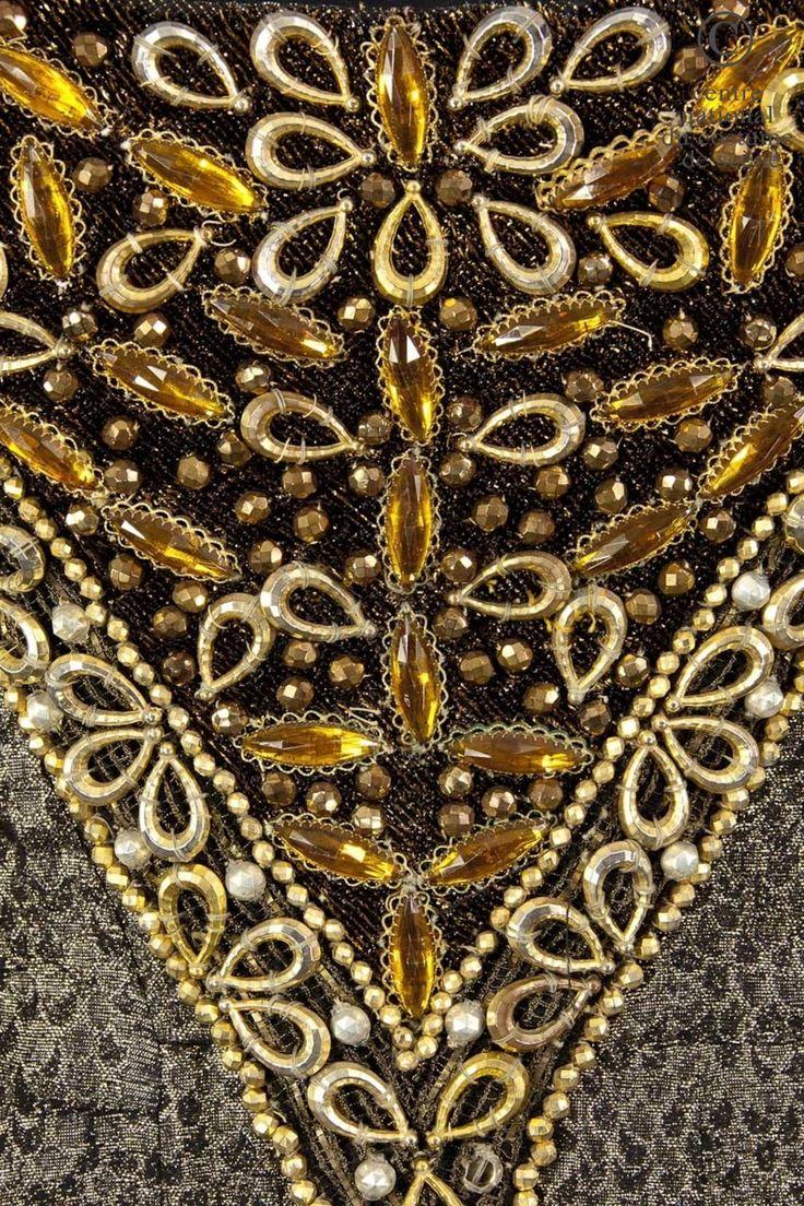 La Reine Elisabeth Artistes:  Catherine Samie  Descriptif costume:  Robe de style moyen-âge en lamé vieil or et noir, avec large traîne. Grand décolleté souligné d'un galon or et perles fines, cabochons or. Ateliers de fabrication:  Indéterminé  Œuvre:  Richard III Genre:  Théâtre