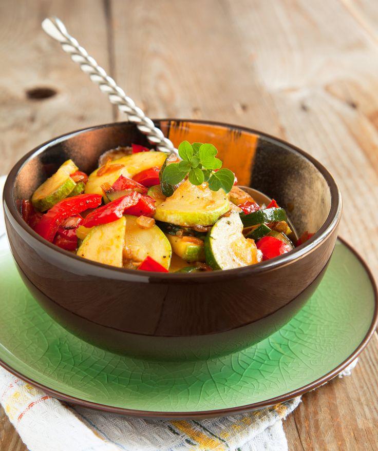 Sałatka  z grillowaną cukinią. Składniki: 1 cukinia, 1 sałata rzymska, 3 pomidory, 4 jajka, 150 g sera feta, sos czosnkowy Tarsmak, 1 pęczek szczypiorku, pieprz, sól. Wykonanie: Ugotować bób w osolonej wodzie i obrać. Cukinię pokroić w krążki, zgrillować, doprawić. Poszarpaną sałatę wyłożyć na talerze. Położyć pokrojone pomidory, jajka, bób, cukinię, i pokrojoną w kostkę fetę. Polać sosem Tarsmak i posypać szczypiorkiem