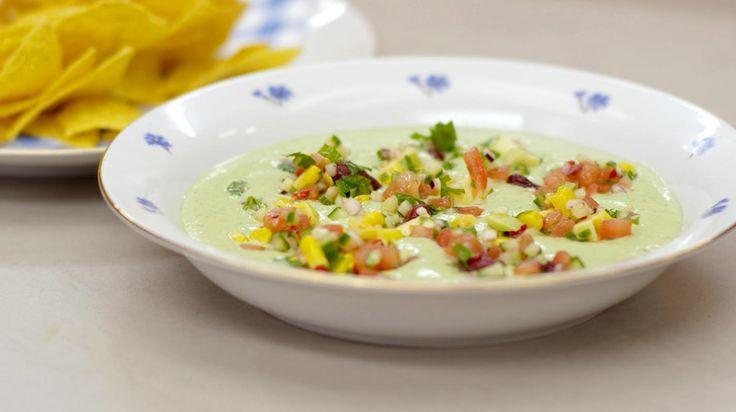 Deze gazpacho heeft geen traditionele rode kleur. Jeroen maakt er immers een groene koude soap van met Zuid-Amerikaanse smaken. De zachte verfrissende soep serveert hij het liefst met een fijne salsa met verse groenten, bonen en mais. De warme nacho's zijn ideaal van vorm om er soep en salsa mee op te scheppen. Zet het gerecht op de tafel tijdens een zomerse brunch, of serveer het als gezonde en lichte lunch.