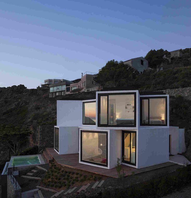 Изящная геометрия дома с видом на Средиземное море