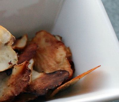 Chips Jordskokker Ekstra Jomfru olivenolie Læsø eller Himalaya salt Jordskokkerne rengøres og rives fint i…