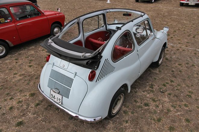 1967年「スバル360デラックス改コンバーチブル」。樹脂製のルーフをキャンバストップに替えたコンバーチブルは、一時期カタログモデルとしてラインナップされていた。この個体はカタログモデルが生産終了後にセダンからコンバートされたものだが、かつてはこうした改造車はさほど珍しくなかった。