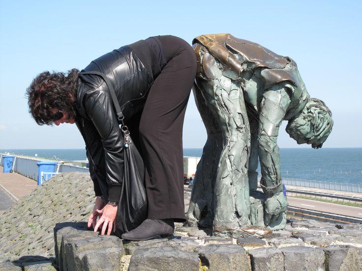 Beeld geplaatst op afsluitdijk Nederland (ik help een handje mee)