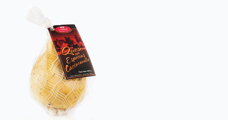 Especias. Proveniente del queso hilado con un sabor característico a Mezcla de especias logrado de manera natural con perejil ahumado. humo, logrado de manera natural con dos a tres semanas de maduración que le da ese perfecto sabor de un queso semimaduro, ideal para ocasiones especiales como montaditos acompañados de un vino Cabernet Sauvignon.