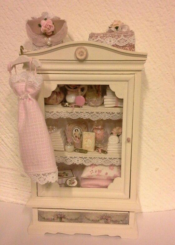 Poppenhuis kast in roze/pink dollhouse cabinet made by Jolanda Knoop
