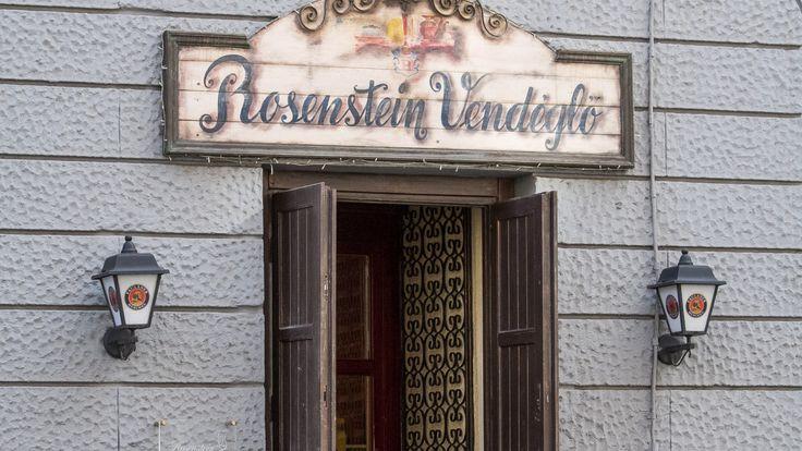 """A Rosenstein Vendéglőa Keleti pályaudvar romantikusan kopott környékén található,érdekes, polgári bájt kölcsönözve a vendéglőnek, amely maga is a korai XX. századi Budapestet idézi. Két emeletén hat privát ebédlőt találunk, amelyek nagyobb rendezvényekre is alkalmasak. A Rosenstein az otthonos ízeket részesíti előnyben, és a tulajdonos, Rosenstein Tibor vallja, hogy """"az étterem nemcsak lakomahely, hanem a lélek"""
