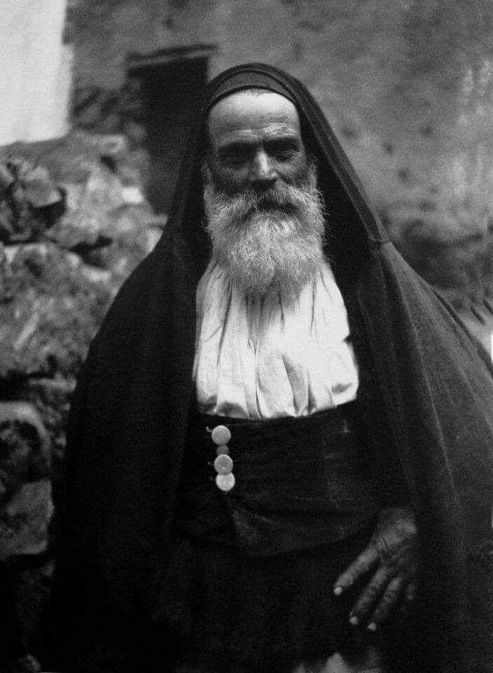 Perdasdefogu (Foghesu).1927  Uomo con abito tradizionale e manto di orbace.