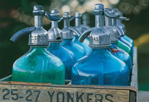 vintage seltzer bottles....... I have these bottles but in transparant glas in my garden, looks great!