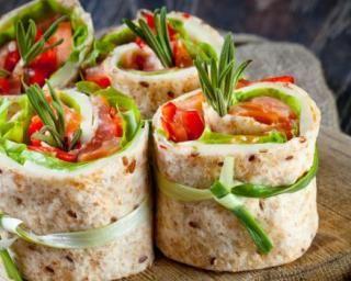 Bouchées d'été au saumon citronné en wraps ficelés : http://www.fourchette-et-bikini.fr/recettes/recettes-minceur/bouchees-dete-au-saumon-citronne-en-wraps-ficeles.html
