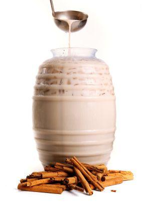 AGUA DE HORCHATA/ .Remoja en un recipiente 250 gramos de arroz durante al menos 15 minutos. Corta en pedazos pequeños 3 varas de canela y remójalas al menos 15 minutos en otro recipiente. Escurre el agua y pon en la licuadora el arroz y la canela junto con 2 litros de agua. Licua. Cuela la infusión y agrega una lata de leche condensada, ½ cucharada de extracto líquido de vainilla y azúcar al gusto. Finalmente agrega hielos y refrigera. Ahora ¡a disfrutar!