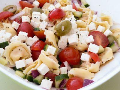 Griekse tortellini salade http://food-blogger.com/nl/uien/griekse-tortellini-salade/ 2 personenPakje verse tortellini met kaas (250 gram)bakje kerstomaatjes, halve komkommer, 10 kalamata olijven, halve rode ui, 1/2 blok feta, olie, azijn, knoflook, oregano, zout en peper.Kook tortellini volgens gebruiksaanwijzing op het pak. Maak dressing van olie, azijn, peper, zout,... http://i2.wp.com/food-blogger.com/nl/wp-content/uploads/sites/2/2013/09/griekse-tortellini-salade