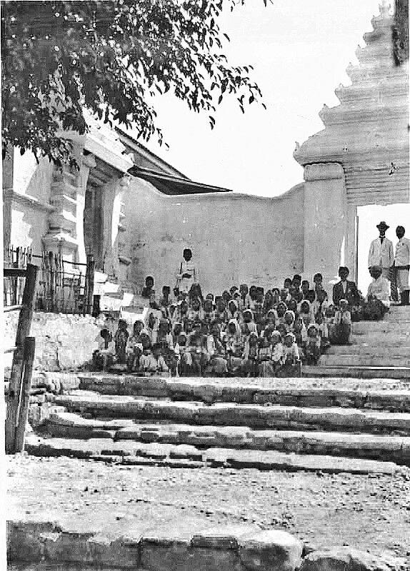 Kinderen bij de toegangspoort tot de moskee te Grissee. 1924