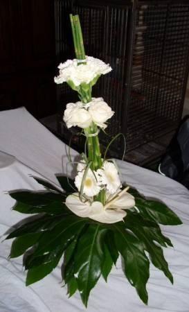 5 slangegras, 4anthuriums,5 rozen,5 anjers, 5 gerbera,4 araliablad ,beregraselk bosje moest apart gebonden wordenals afwerking wit lint rond het handvat