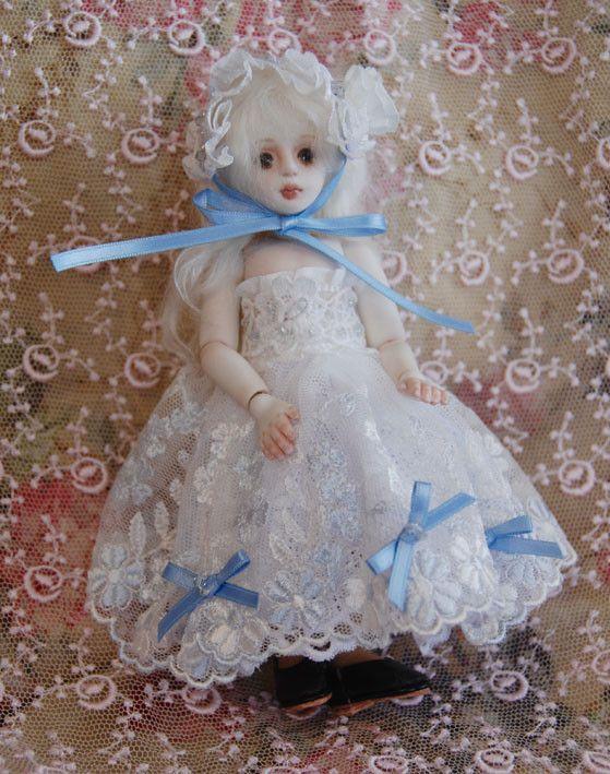 14パーツから成るオールビスクの球体関節人形。身長15cm 着せ替え用ドレス原型パターン付き。プラチナブロンドのモヘアの髪。目は描き目。チュールレースのスカー...|ハンドメイド、手作り、手仕事品の通販・販売・購入ならCreema。