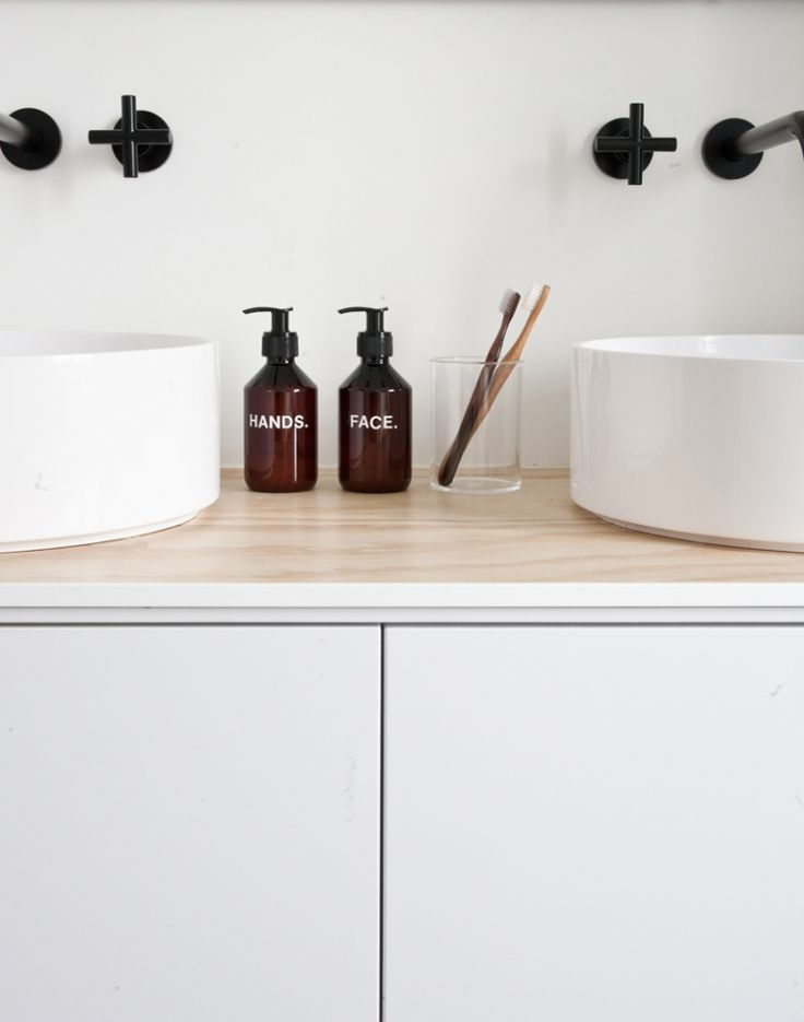 Binnenkijken bij Fleur en Nick in Nijmegen | Minimal Modern Bathroom | Bath Essentials | Contemporary Design | Add an organic bamboo toothbrush | nakedtoothbrush.com | #inspiration #nakedbath
