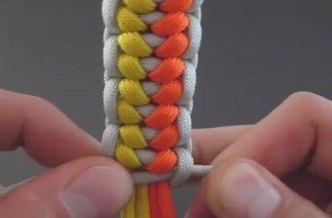 Renkli örgü bileklikler yapabilmek için zor ama bir o kadar da güzel bir düğüm şekli var. Bu videoda göreceğiniz düğümleme şeklini kalın iplerle kolayca yapa...