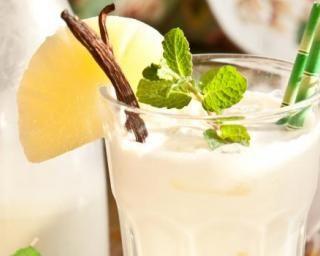 Cocktail Pina Colada sans alcool au jus d'ananas et lait de coco : http://www.fourchette-et-bikini.fr/recettes/recettes-minceur/cocktail-pina-colada-sans-alcool-au-jus-dananas-et-lait-de-coco.html