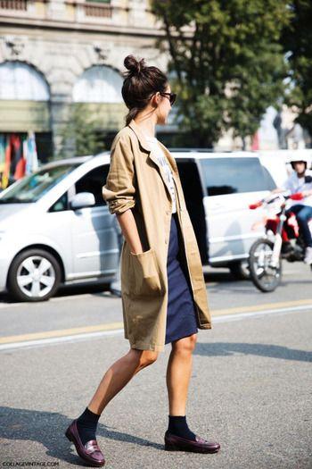 Tシャツにタイトスカート、ステンカラーコートを颯爽と羽織って。さり気なくマニッシュなパリジェンヌのデイリースタイルです。