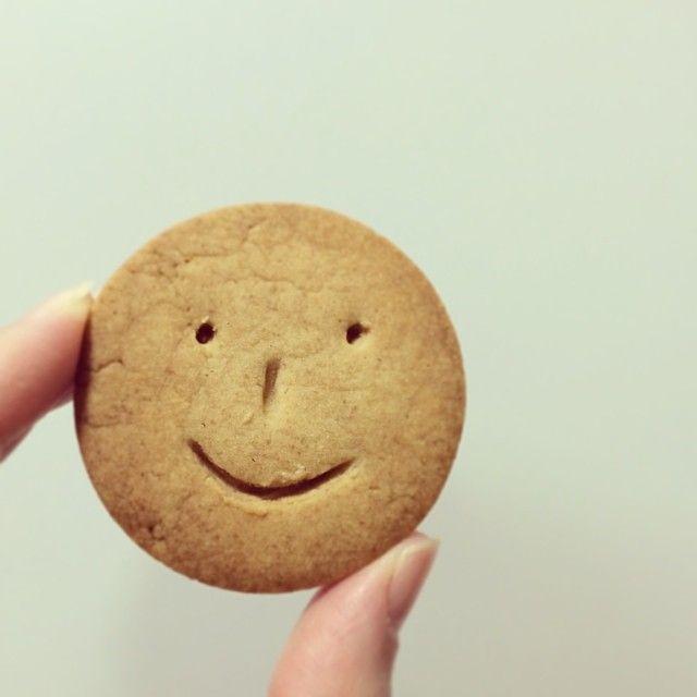 牛乳もたまごも使わない!アレンジ自由のシンプルなクッキーに、にっこり笑顔のお顔をかいてみたら?とってもカワイイスマイルクッキーの出来上がりです。作る人もにっこり笑顔、食べる人もにっこり笑顔。みんなを笑顔にしてくれる、スマイルクッキーにチャレンジしてみませんか?