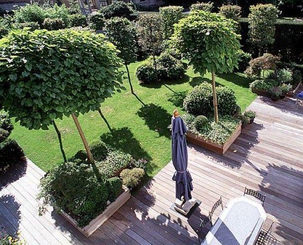 mooi hoe het terras over gaat in de plantenbakken.