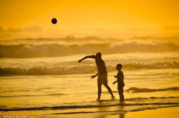 Bermain bola saat senja di Pantai Parangtritis  www.geonation.org