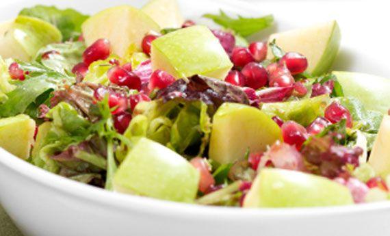 Verza bianca, ravanelli, mela rossa, chicchi di melograno