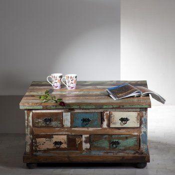 Een salontafel gemaakt van sloophout.De tafel heeft nog vijf opberglades.