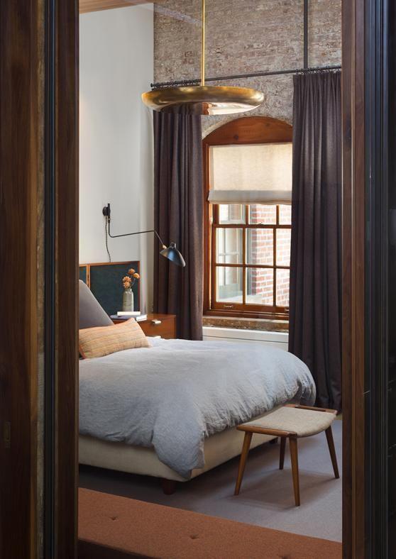 In ambienti con soffitti molto alti, una lampada a sospensione può diventare un espediente per restituire la sensazione di un ambiente più raccolto. E in estate può diventare la struttura dove montare una zanzariera