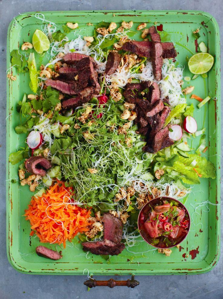 Jamie Oliver's Aziatisch rundvlees met noedelsalade & gemberdressing -