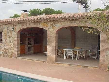 Ladrillo y piedra con tejado de teja barbacoas cocinas for Barbacoas de jardin