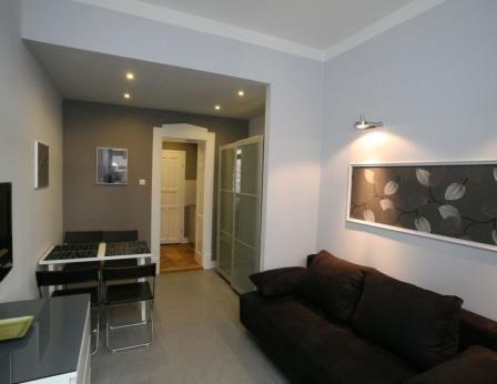 Studio: deux lits simples ou un lit double, une table, des chaises en cuir.