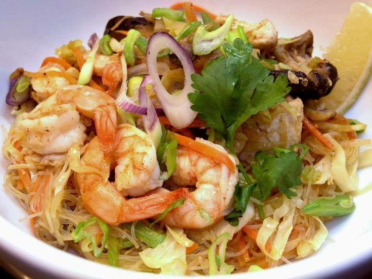 Pancit Guisado (Filipinas) Fideos de arroz vermicelli salteados con langostinos, hongos shiitake y verduras con salsa de soja-limón. Menú: www.cocinasunae.com :: reservas@cocinasunae.com.