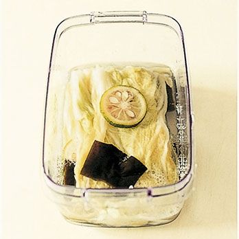 レシピ|栗原はるみオフィシャルサイト|【材料】(作りやすい分量)  水…1カップ 塩…小さじ2 ゆず…1個 白菜の葉部分…約250g だし昆布…4cm角×4枚 ゆとりの空間 白菜の葉漬物