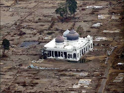 BaiturRahman Mosque Indonesia.- Banda Aceh The only surviving building that withstood the wrath of 2004 Tsunami...the house of Allah
