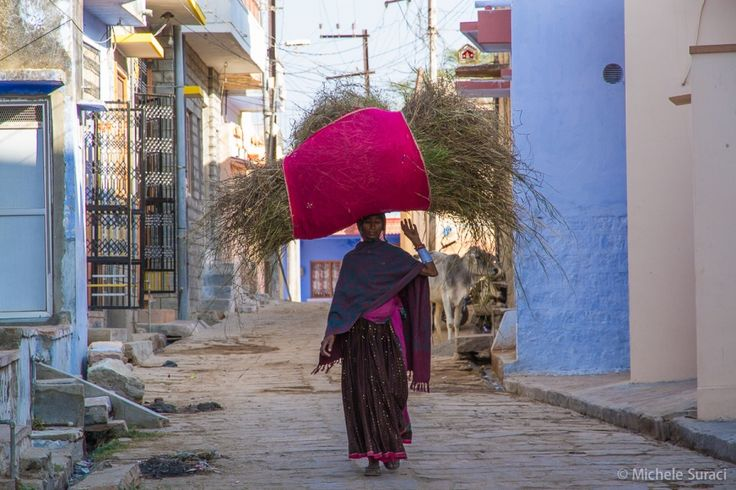 Narlai, una ragazza che trasporta una balla di fieno sulla testa. Dall'album del mio viaggio in India