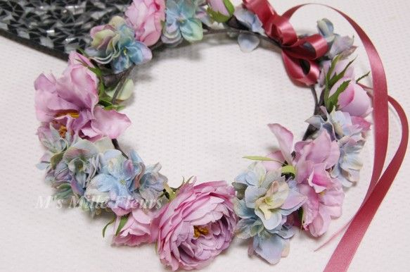 シックなのに可愛い!花嫁さまのお色直しに大人気の花冠スタイル。ヘアスタイルはふんわりダウンにして花冠をつけたら、可愛さ抜群です。パープル系のドレスやピンク系の... ハンドメイド、手作り、手仕事品の通販・販売・購入ならCreema。