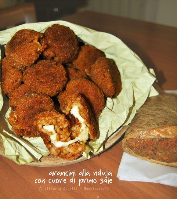 Mini arancini alla #nduja con cuore di #primosale. Uno #streetfood per gli amanti dei sapori forti! La ricetta la trovate su http://noodloves.it/arancini-alla-nduja-con-primo-sale/