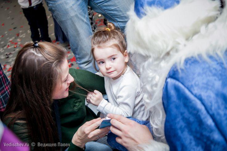 И боязно, и жутко интересно, что это за Дед Мороз такой!👧❓🎅 #репортаж#дедмороз#дети#детскийфотограф#ведищев#семейныйфотограф#vedishchev#праздник#елка