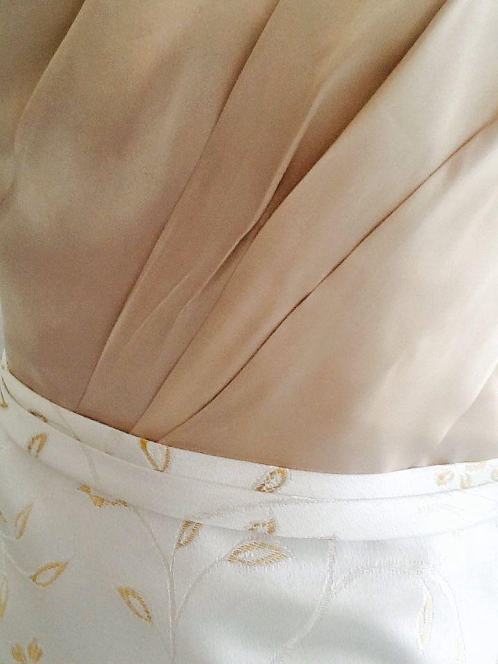 Detalle del cuerpo y falda.