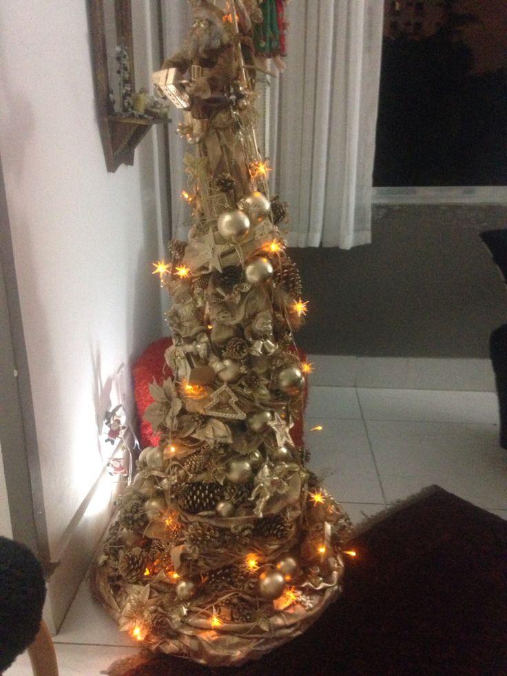 Árvore de Natal: tecido (lona amassada); cola branca; suporte ( armação de ventilador, reciclagem); cabo de vassoura; enfeites já envelhecidos; luminária; spray's várias cores; imaginação!