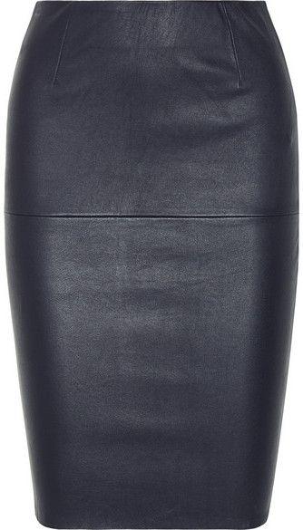 Les jupes en cuir sont rapidement devenues essentielles à toute garde-robe. Ce modèle crayon bleu marine signé By Malene Birger offre un toucher souple et se porte à la taille. Mettez en contraste sa coupe sobre grâce à un pull ample.
