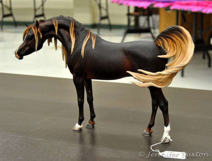 gorgeous custom model horse. I love the color of the mane and tail.
