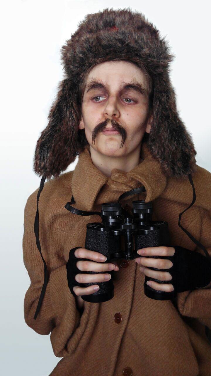 Caracterización de una mujer a un soldado ruso empleando técnica de envejecimiento con látex y postizos