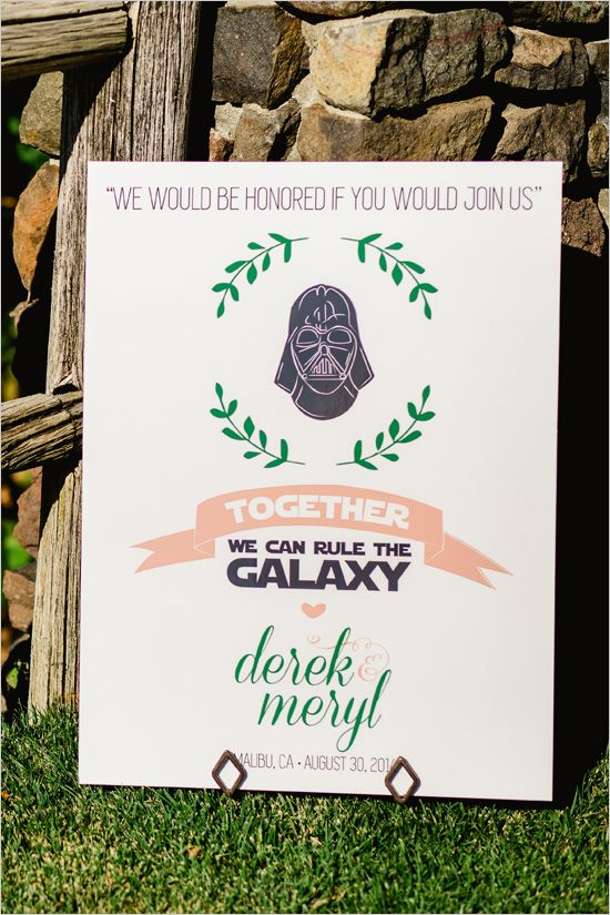 No para mi, pero que buena manera de poner tus gustos en una boda hermosa. THUMBS up! Shabby chic Star Wars wedding sign. @weddingchicks
