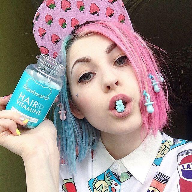 Ладно, раскрываю все карты, мои волосы не от природы розово-голубые   И чтобы они не обижались на частые окрашивания, я жую больше мишек✌️ Okay it's showdown! My hair is not naturally pink and blue   If my hair after dyeing offended  I just eat more bears by @sugarbearhair ✌️