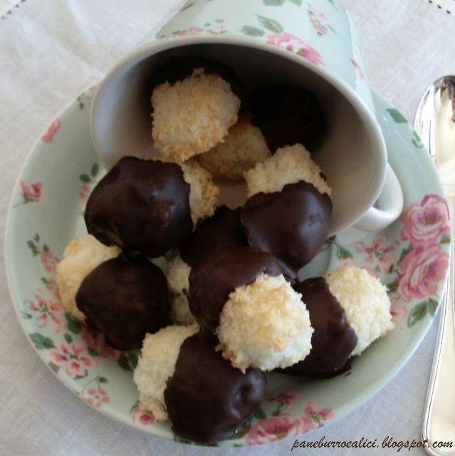"""E' da qualche giorno che mi capita di incontrare su alcuni dei vostri blog la ricetta dei dolcetti al cocco. Ho deciso di """"aggregarmi"""" e d..."""