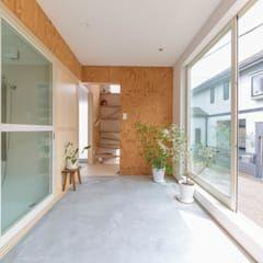 Jardines de invierno de estilo moderno por 水石浩太建築設計室/ MIZUISHI Architect Atelier