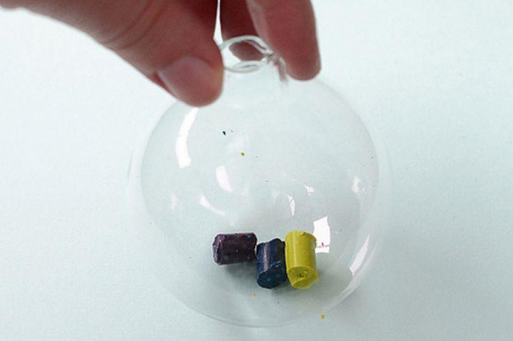 Elle ajoute 3 bouts de craie de cire dans un boule de verre! Attendez de voir ce qu'elle en fait!!